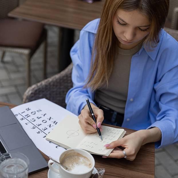 Namenszahl: Frau mit 9 in der Hand