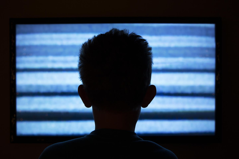 Porno-Konsum: Ein Junge sitzt im Dunkeln vor einem Bildschirm.