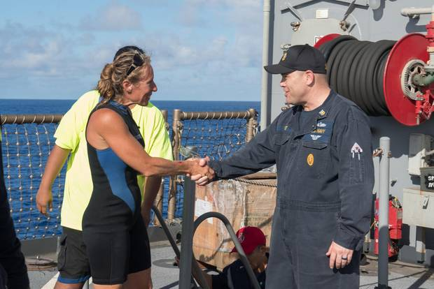 Seglerin Jennifer Appel bedankt sich bei Marine-Kommandeur Gary Wise.