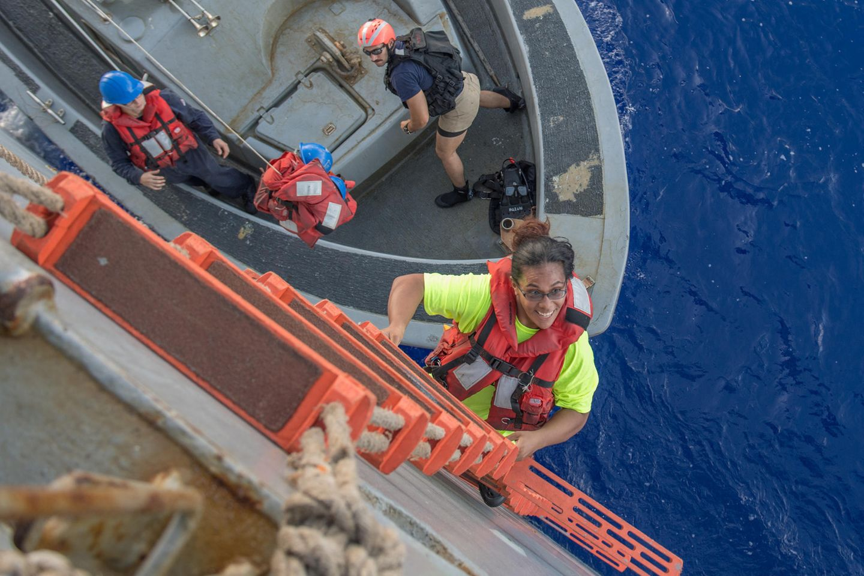 Tasha Fuiaba klettert nach fünf Monaten auf hoher See an Bord des Rettungs-Schiffs der Marine.