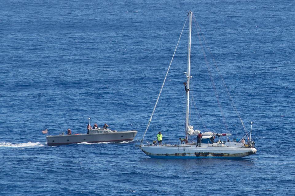 Das Boot der beiden Seglerinnen und ein Hilfsboot der US-Marine.