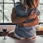 Liebesbeweise beim Sex: Paar umarmt sich