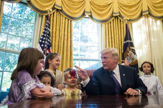Donald Trump empfängt zu Halloween eine Gruppe verkleideter Kinder im Weißen Haus.