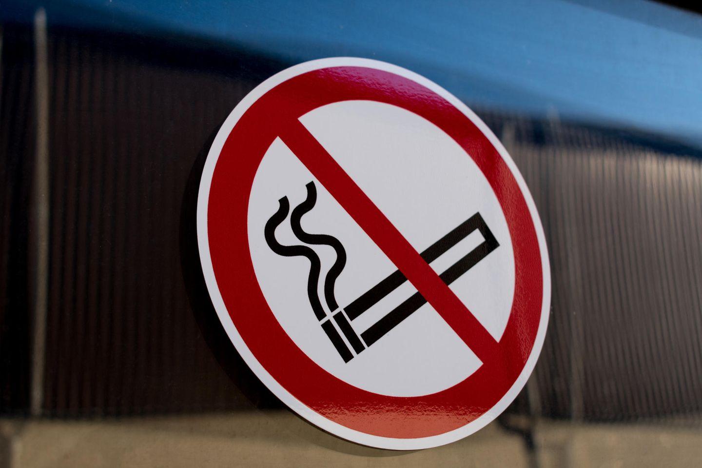 """Ein """"Bitte nicht Rauchen""""-Schild an einer Scheibe."""