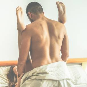 Sportliche Sex-Stellungen: Paar im Bett