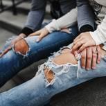 Zwei Frauen mit zerrissenen Jeans.