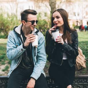 Lügen beim Date: Paar trinkt Kaffee