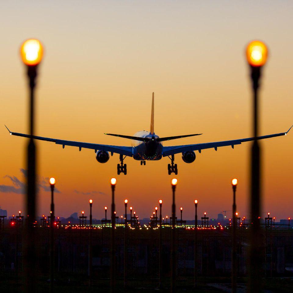Ein Flugzeug über einer Landebahn.