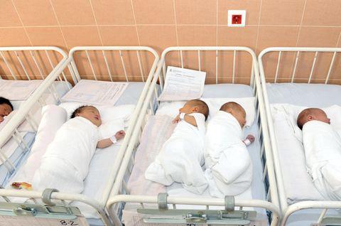 Neugeborene in einem Krankenhaus.