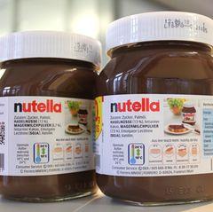 Zwei Nutellagläser. Auf den Etiketten ist die geänderte Rezeptur zu lesen.
