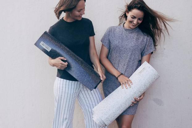 Yogamatte aus recycelten Materialien mit den Gründerinnen Anna und Sophie