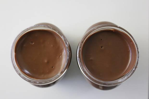 Zwei Nutella-Gläser aus unterschiedlichen Chargen mit unterschiedlicher Farbe und Textur.