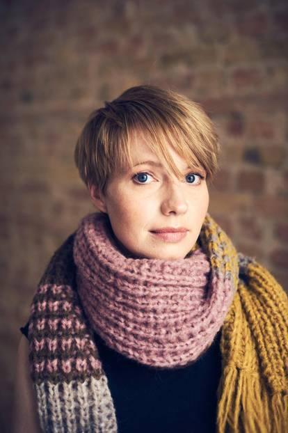Anna Brüggemann trägt den Schal fürs Leben
