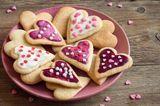 Plätzchen verzieren: bunt dekorierte Herzen