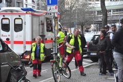 Rettungskräfte bei einem Notfalleinsatz auf offener Straße.