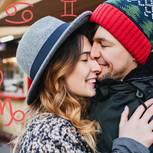 2018 die große Liebe finden: Paar kuschelt