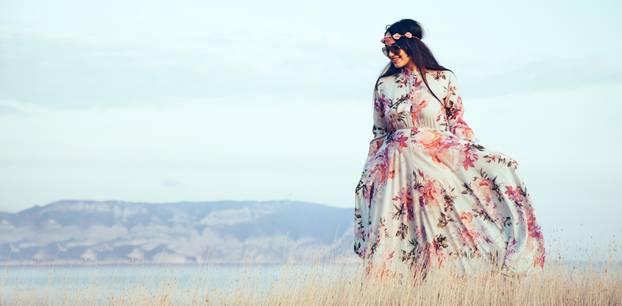 Plus-Size-Bloggerin Beautynotsize posiert auf einer Treppe