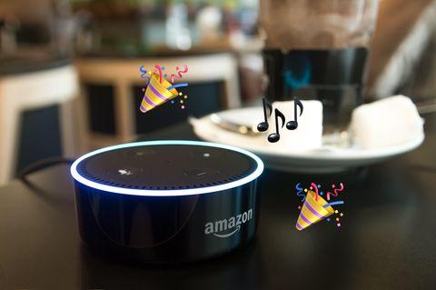 Amazon Echo auf einem Tisch (Montage).