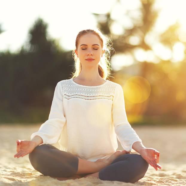 Vedische Philosophie: Frau meditiert