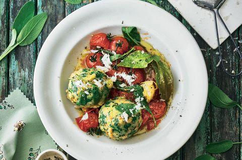 Parmesan-Spinatknödel mit Salbeibutter und Tomaten