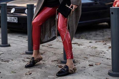 Aylin König trägt Fell Loafer