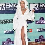 Rita Ora im Bademantel-Kleid