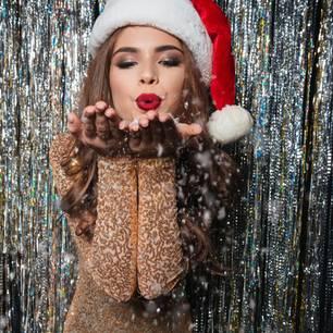 Frau im Kleid an Weihnachten