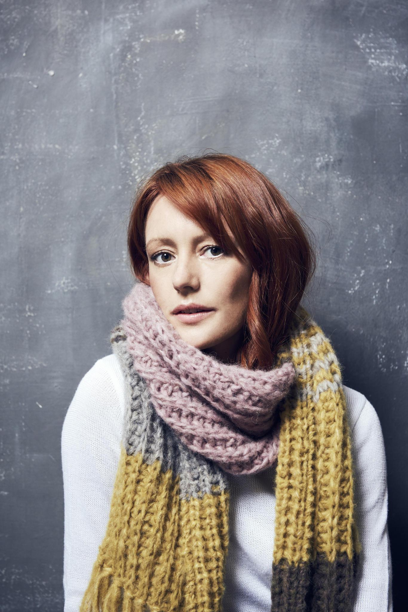 Lavinia Wilson trägt den Schal fürs Leben