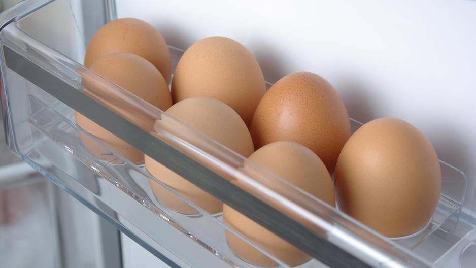 Darum dürfen Eier nie in die Kühlschranktür