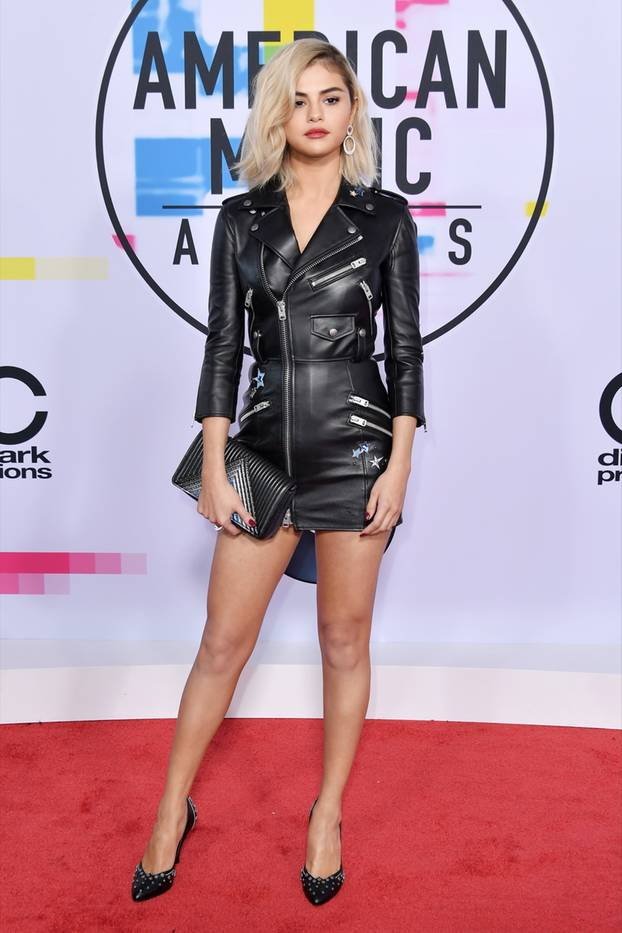 Selena Gomez trägt Leder-Mini