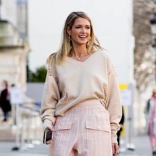 Frau trägt weit geschnittenen Pullover