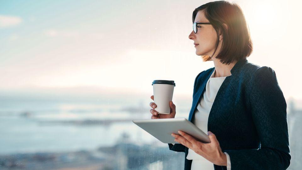 Unbeliebter Job: Frau mit Kaffeebecher