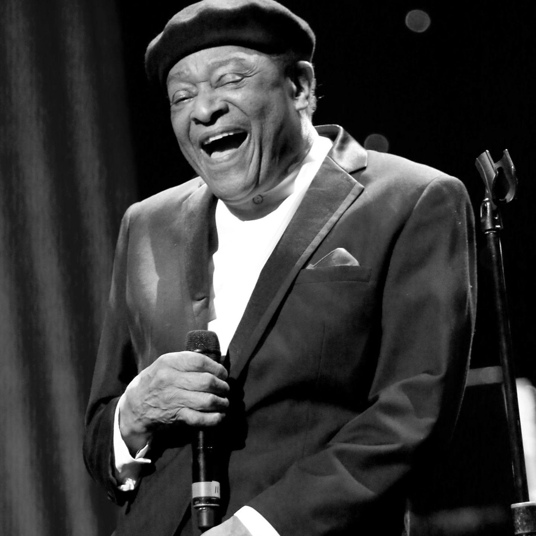 Al Jarreau gehörte zu den bekanntesten Jazz- und Blues-Sängern und starb am 12. Februar 2017, nachdem er wegen Schwäche und Kurzatmingkeit behandelt werden musste.  All Jarreau wurde im Laufe seiner Karriere mit sechs Grammy-Awards ausgezeichnet und ist bis heute der einzige Künstler, der diese Auszeichnung in den drei verschiedenen Musikrichtungen Jazz, Pop und Rythm & Blues erhalten hat.