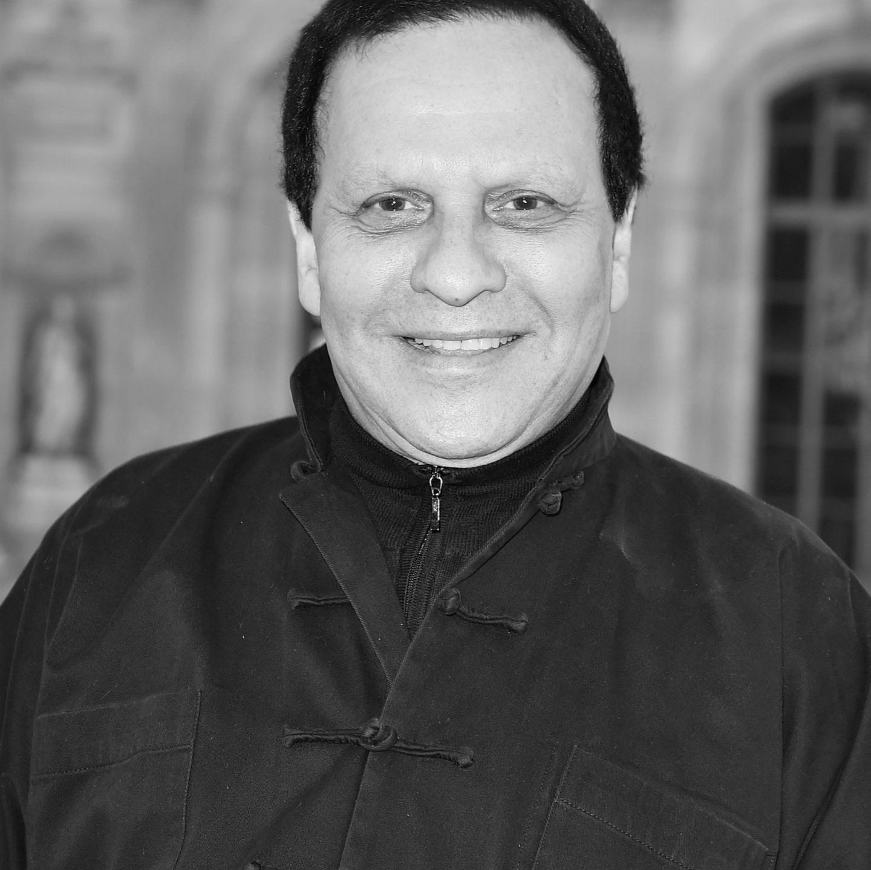 Der tunesische Modeschöpfer starb am 18. November 2017 und hinterlässt eine große Lücke in der Modewelt. Er galt als 'Meister der Kurven' und wurde durch seine hautengen Stretchkleider in den 60er Jahren berühmt.