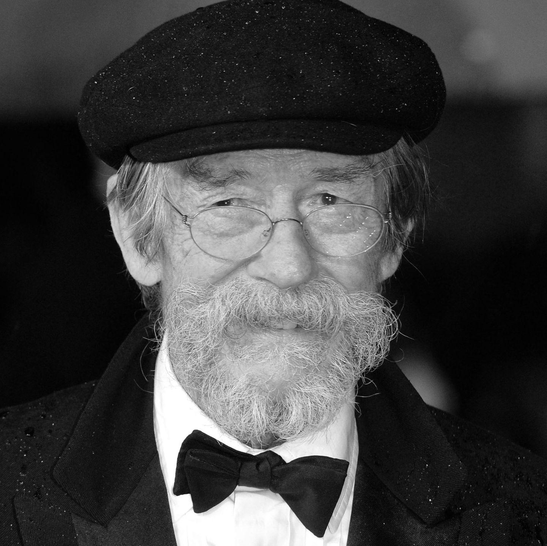 Nur drei Tage nach seinem 77. Geburtstag starb Schauspieler John Hurt am 25. Januar 2017 an den Folgen einer Bauchspeicheldrüsenkrebs-Erkrankung. Über Jahrzehnte war er in diversen Rollen zu sehen, zu seinen berühmtesten gehört sein Part in 'Der Elefantenmensch' und die des Mr. Ollivander in 'Harry Potter'.      25. Januar 2017