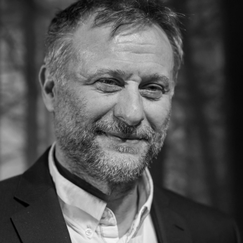 """Jahrelang kämpfte Mikael Nyqvist gegen Lungenkrebs, am 27. Juni 2017 ist der Schauspieler """"friedlich und im Kreise seiner Familie"""" verstorben. Der 56-Jährige wurde durch die 'Millennium'-Trilogie von Stieg Larsson international bekannt."""