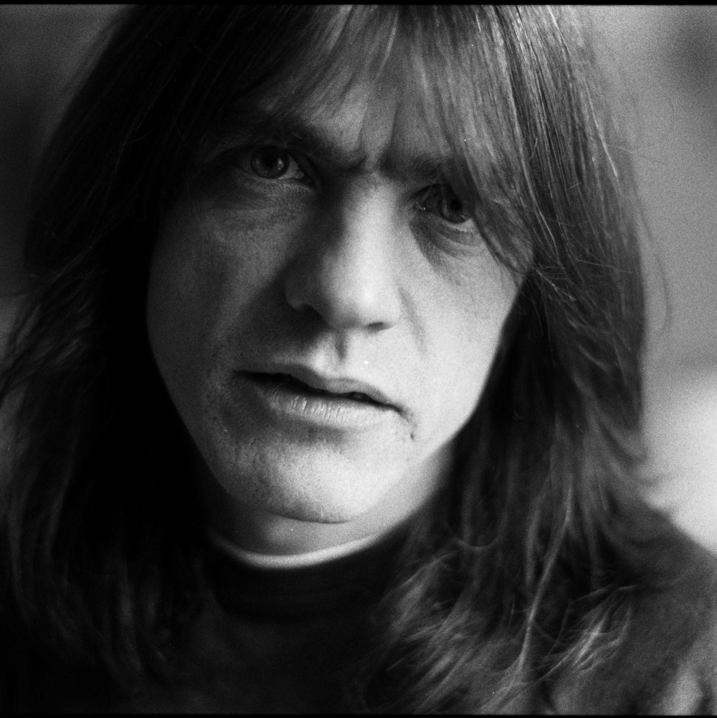 Der Leadgitarrist und Songschreiber der Band AC/DC galt als heimlicher Chef der Rockgruppe und verlieh ihr den Sound, der sie berühmt gemacht hat. Umso größer ist der Verlust für die Musik-Welt. Am 18. November 2017 starb Malcolm Young im Alter von 64 Jahren friedlich im Kreise seiner Familie. Zuletzt wurde er wegen Lungenkrebs und Herzproblemen behandelt und litt an Demenz, weswegen er auch nicht mehr in der Band spielen konnte.