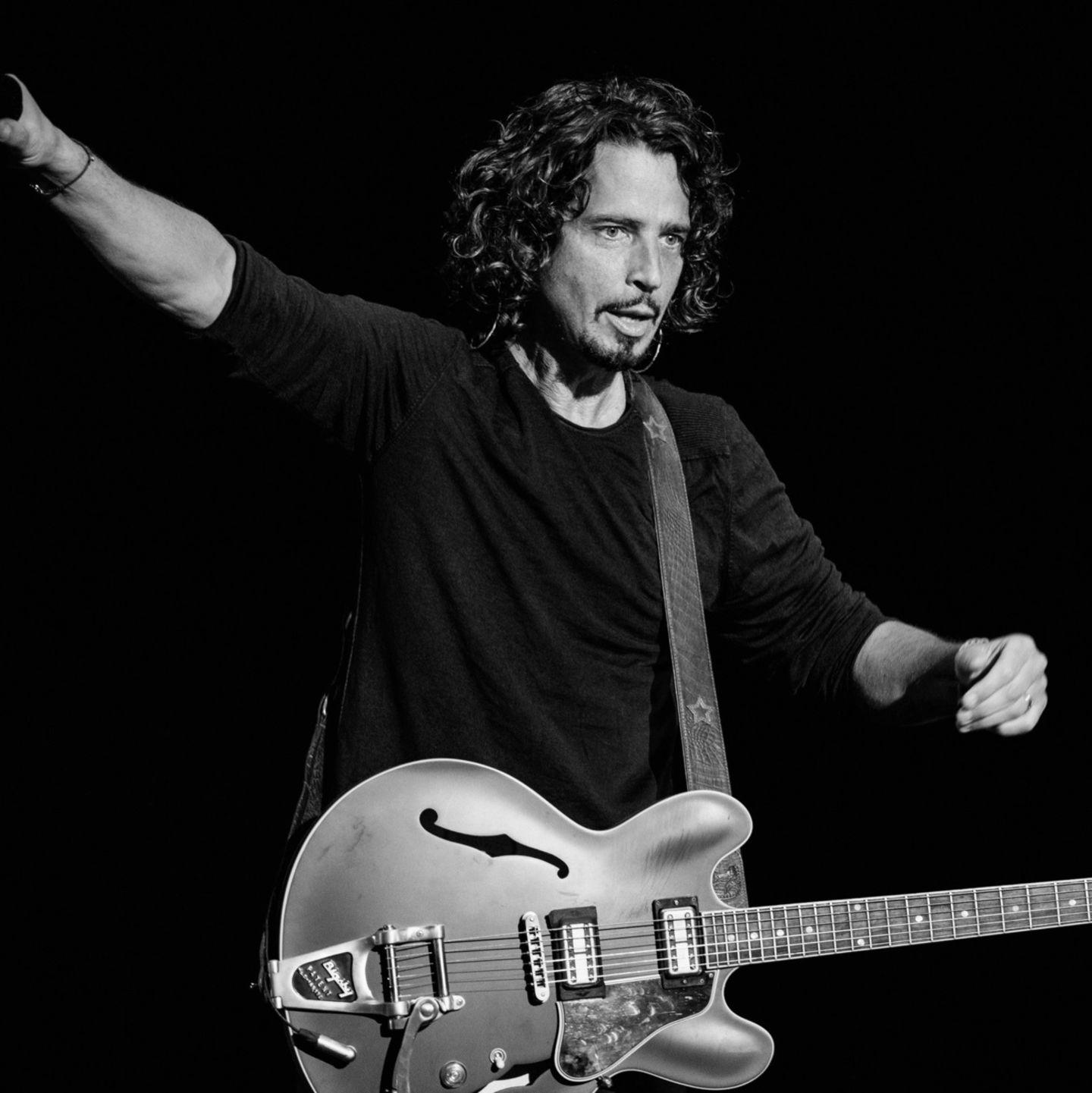 Als Frontmann der Band Soundgarden machte ihn der Bond-Song 'You know my Name' berühmt. Mit 52 Jahren nahm sich Musiker Chris Cornell am 18. Mai 2017 das Leben. Cornell soll immer wieder mit Alkohol und Depressionen zu kämpfen gehabt haben.