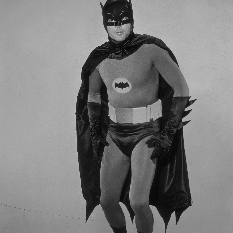Als Batman wird er für immer unvergessen bleiben. Am 9. Juni 2017 starb Schauspieler Adam West an Leukämie. Eine Woche nach seinem Tod wurde als Würdigung ein riesiges Batman-Zeichen auf das Rathaus von Los Angeles projiziert.