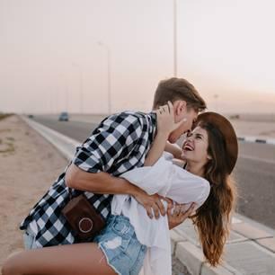 Liebessprüche: Paar hat Spaß