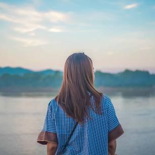 Sprüche über Sehnsucht: Frau steht am See