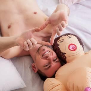 Verliebt in eine Sexpuppe: Mann mit Sexpuppe