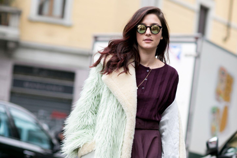 Bloggerin trägt Pagentarote Haare