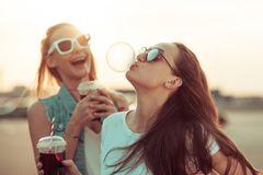 Freundschafts-Zitate: Frauen albern herum
