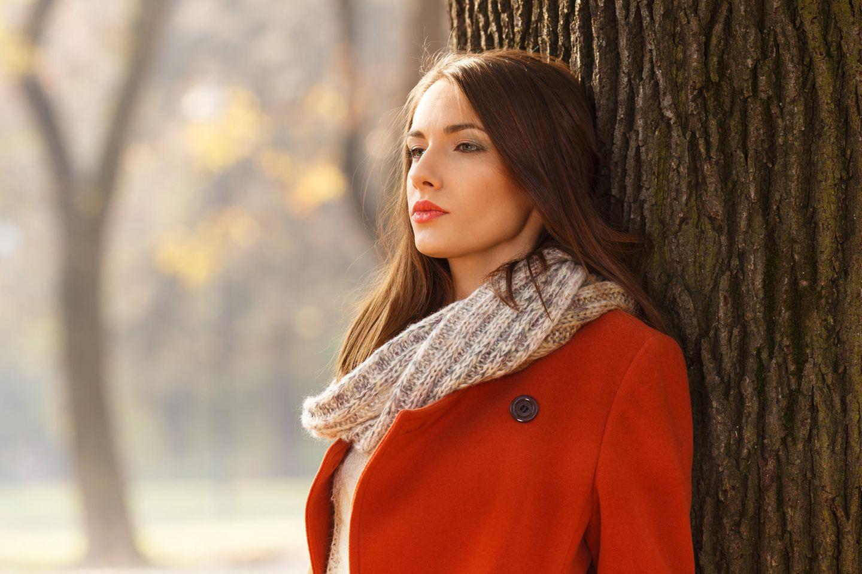 Zitate für Krisen: Frau steht an einem Baum