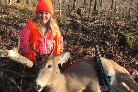 Diese Sechsjährige hat gerade ihren ersten Hirsch geschossen