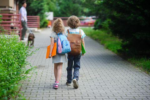 Mädchen sind ängstlich und Jungs tragen keine Zöpfe? Formblatt für Grundschüler polarisiert