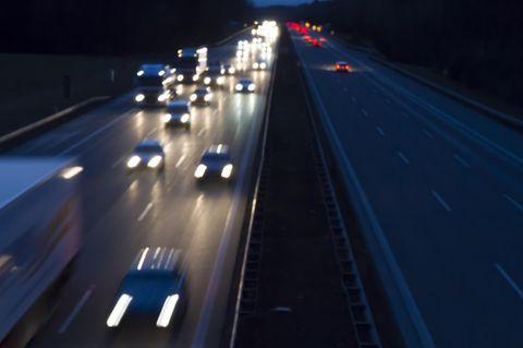 A 93: Mann setzt Frau bei Regenstauf aus - eine Autobahn bei Nacht (Symbolbild)