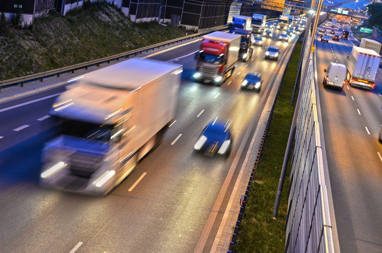 A 93: Mann setzt Frau bei Regenstauf aus - Ansicht einer Autobahn (Symbolbild)