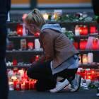 Germanwings: Nach dem Absturz kniet im März 2015 eine Trauernde vor Blumen und Kerzen.